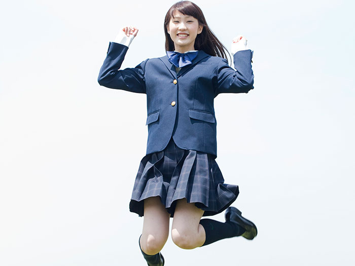 ジャンプしている生徒